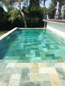 Intérieur de piscine pierre de Bali