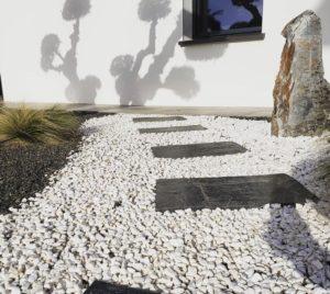 Décoration de jardin- granulat + pas japonais
